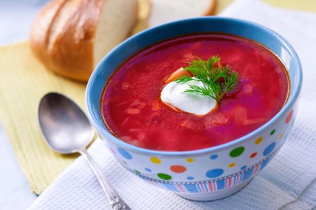 Borsch - soupe traditionnelle de betteraves et de choux ukrainienne