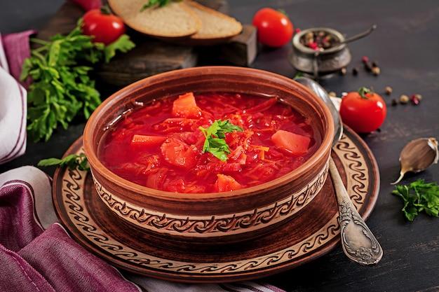 Borscht russe ou soupe rouge ukrainienne traditionnelle