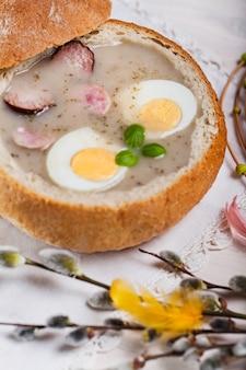 Bortsch blanc de pâques dans un bol à pain