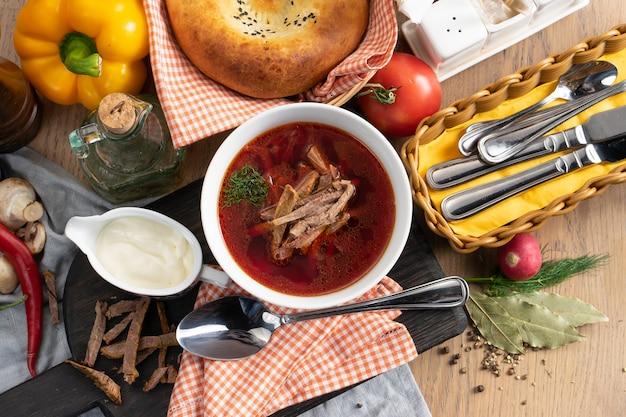 Bortsch à la crème sure - une soupe traditionnelle ukrainienne à base de légumes et de bœuf