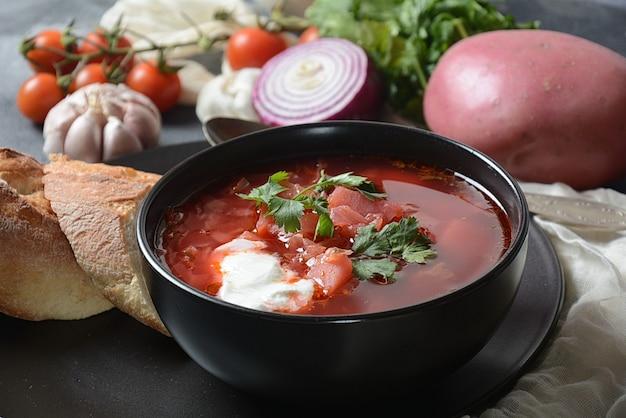 Bortsch russe traditionnel ukrainien. bol de soupe de betteraves rouges bortsch avec crème blanche
