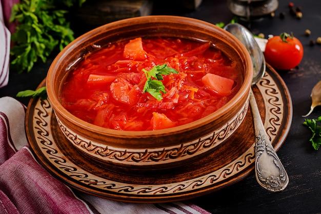 Bortsch russe ukrainien traditionnel ou soupe rouge sur le bol.