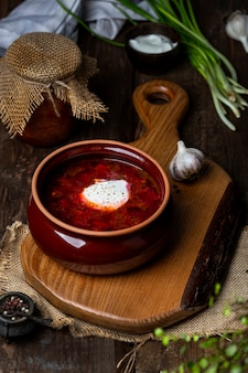 Bortsch - soupe de betterave traditionnelle ukrainienne et russe sur fond de bois foncé