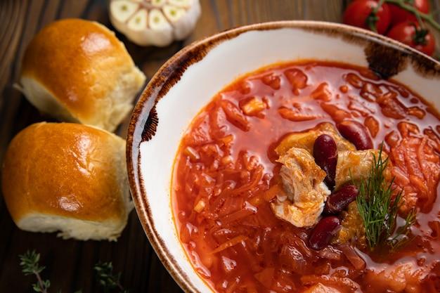 Bortsch ukrainien avec beignets, tomates et ail