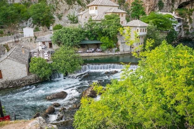 Bosnie-herzégovine blagaj les employés du restaurant attendent leurs visiteurs