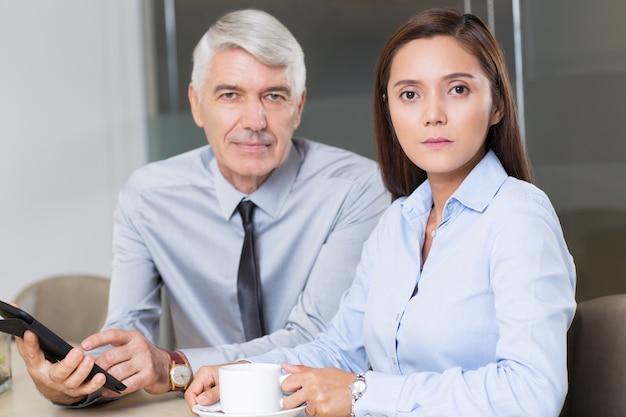 Boss et collègue femme avec tablette cafe