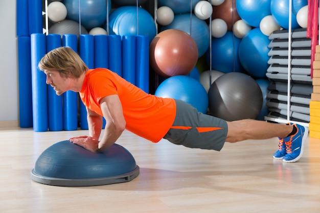 Bosu diamond push up exercice de gym homme blond