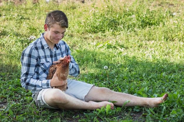 Bot à la ferme jouant avec du poulet
