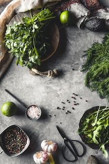 Botte D'aneth Biologique Frais, épinards, Roquette Et Oignon De Printemps Sur Table En Bois Rustique Photo Premium