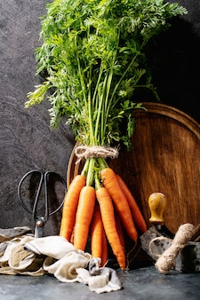 Botte de carottes fraîches avec des feuilles vertes