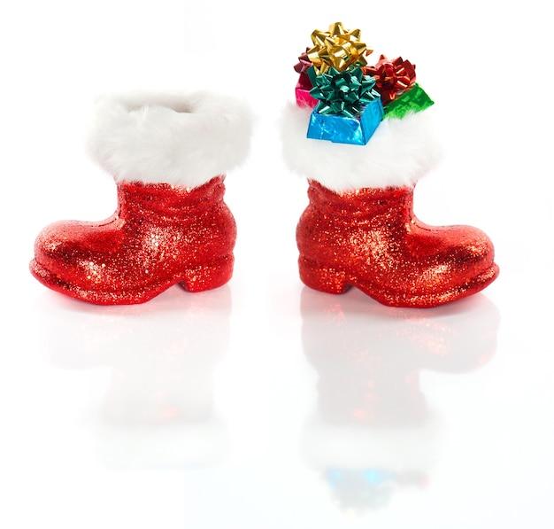 La botte du père noël rouge avec des cadeaux isolés sur fond blanc