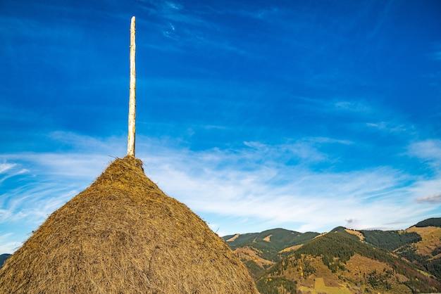 Une botte de foin dans le contexte de la nature merveilleuse des carpates et du ciel extraordinaire