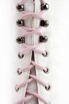 Botte longue blanche fermée fil rose