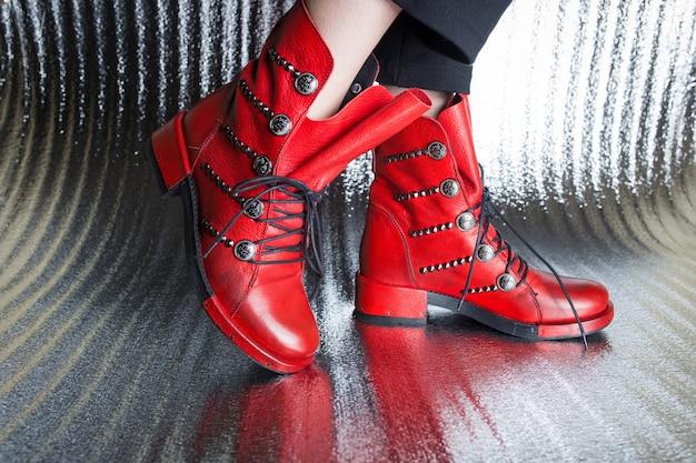 Bottes d'automne pour femmes rouges close-up