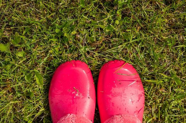 Bottes en caoutchouc debout dans le jardin après la pluie