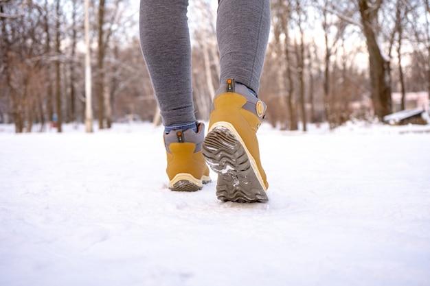 Bottes chaudes pour femmes pour la randonnée sur neige en hiver. fermer