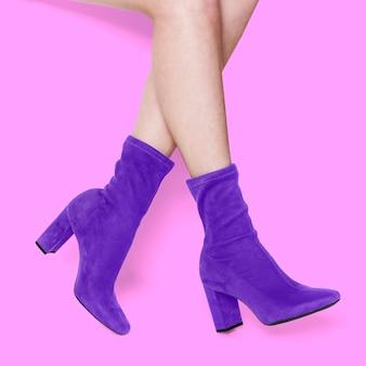 Bottes chaussettes en velours violet gros plan
