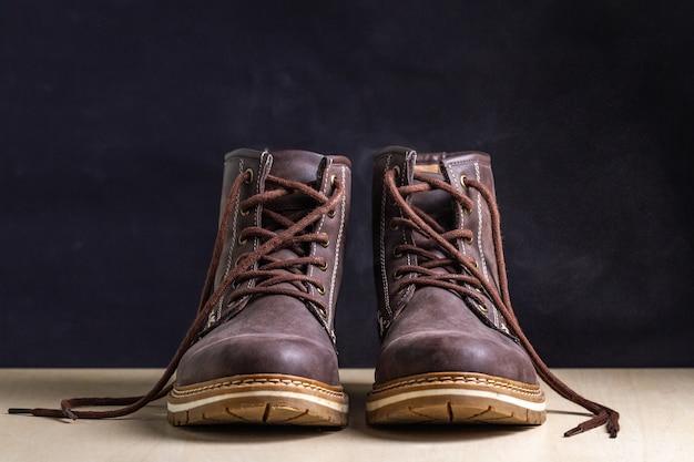 Bottes en daim marron décontractées pour hommes. chaussures et chaussures pour une longue marche et un mode de vie actif