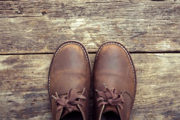 Bottes élégantes marron sur bois