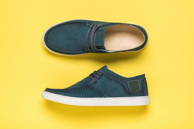 Bottes d'été pour hommes perforées élégantes sur une surface jaune. chaussures d'été confortables pour hommes.