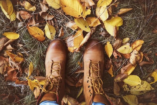 Bottes sur fond de feuilles d'automne