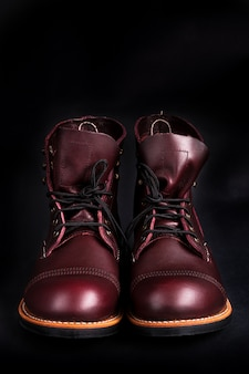 Bottes hautes. chaussures à la mode en cuir marron pour hommes.