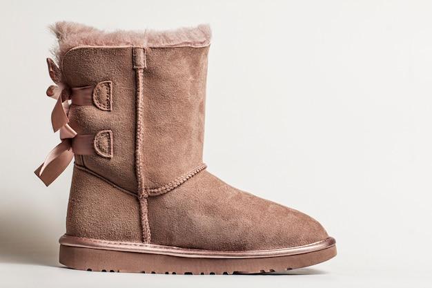 Bottes d'hiver en feutre marron avec cuir, avec noeuds sur un cadeau