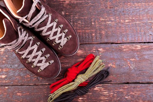 Bottes et lacets en daim marron
