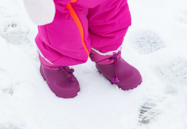 Bottes de neige bébé dans la neige fraîche