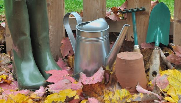 Bottes et outils de jardinage tombent