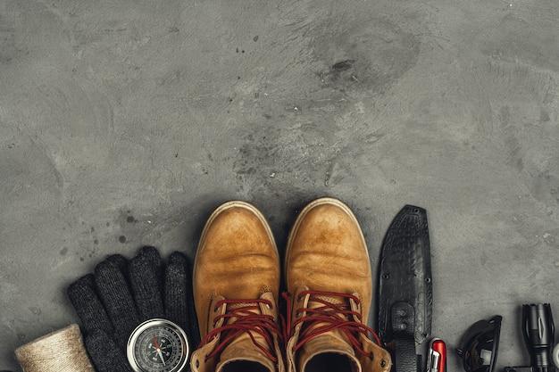 Bottes de randonnée, boussole et couteau. équipement de randonnée en plein air