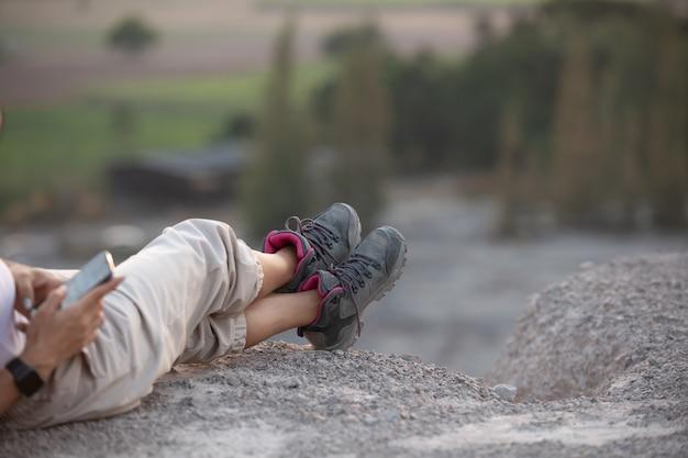 Bottes de randonnée fille s'amusant et profitant d'une vue magnifique sur la montagne.