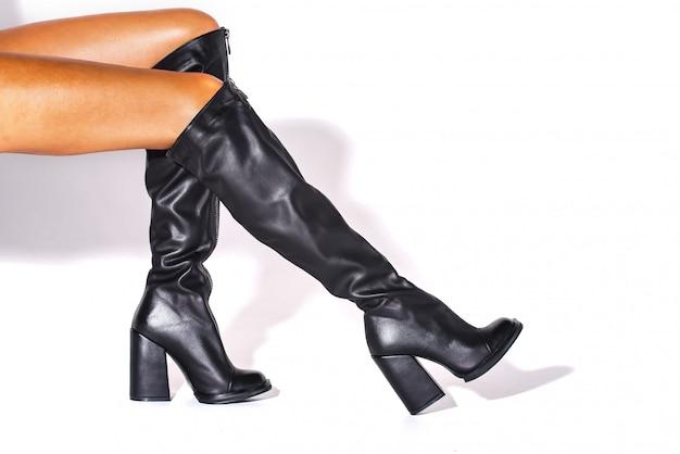 Bottes en toile de jute noire aux pieds d'un mannequin