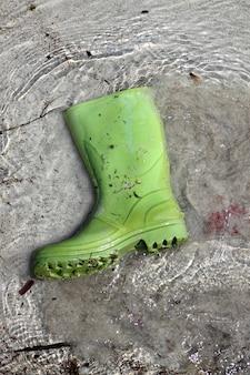 Bottes vertes sur la pollution des plages