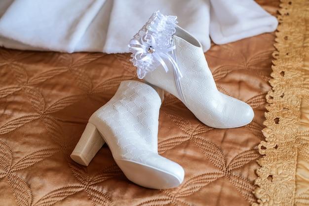 Bottines blanches courtes pour mariée et jarretière