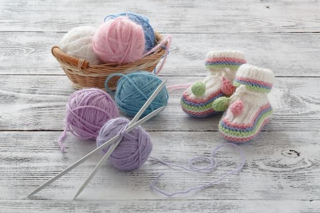 Bottines en tricot blanc. chaussettes pour petits enfants, carte de souhaits