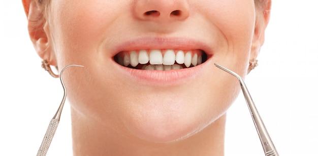 Bouche féminine avec des dents blanches
