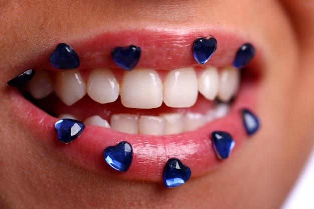Bouche de femme avec des bonbons colorés