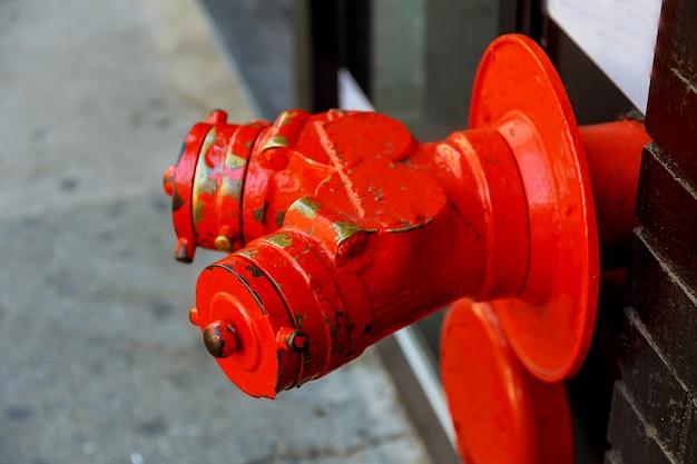 Bouche d'incendie rouge dans la rue