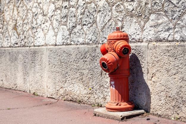 Bouche d'incendie rouge sur la rue