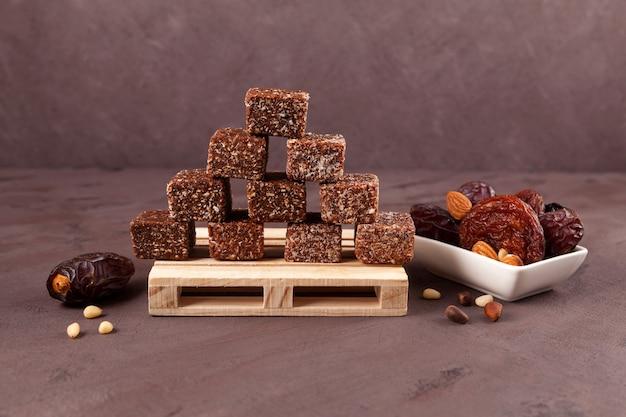 Bouchées énergétiques à base de dattes séchées, de pruneaux ou d'abricots avec du miel et des noix