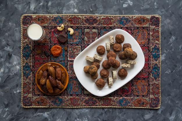 Bouchées énergétiques biologiques saines avec noix, cacao, dattes et miel - collation ou repas végétarien cru végétalien.