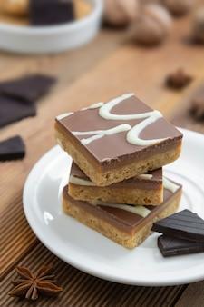 Bouchées de fudge sans gluten, sans farine, sans sucre, aliments sains végétaliens ou végétariens, dessert.