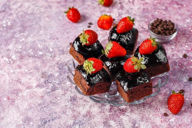 Bouchées de gâteau au chocolat avec sauce au chocolat et aux fruits, baies.