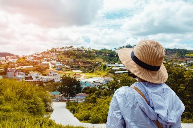 Bouchent adolescente avec fond de vue sur la ville chez les gens qui voyagent.