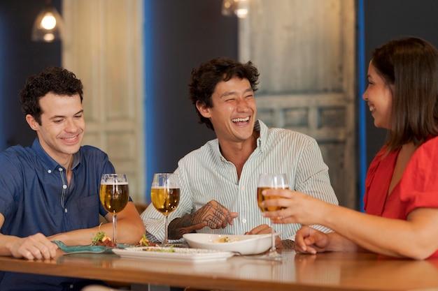 Bouchent des amis heureux avec des boissons