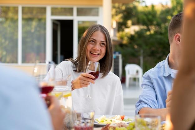 Bouchent des amis heureux avec du vin