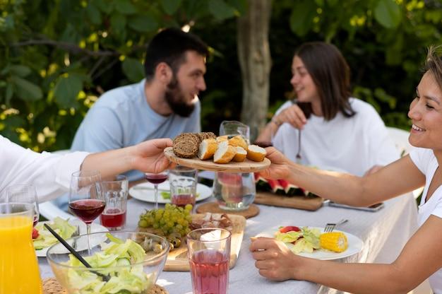 Bouchent des amis heureux avec de la nourriture