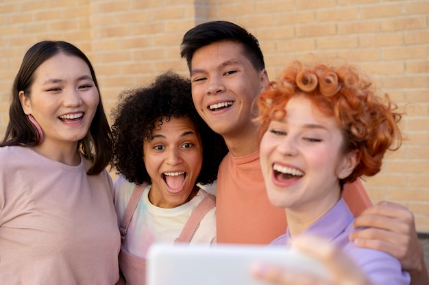 Bouchent des amis heureux prenant selfie