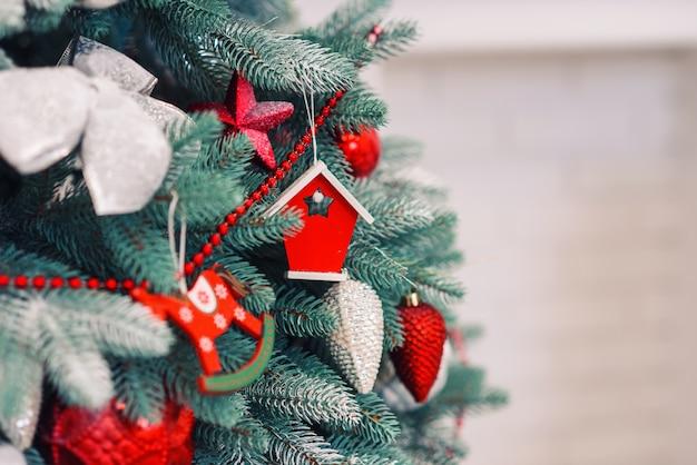 Bouchent arbre de noël décoré festif avec des jouets lumineux colorés.